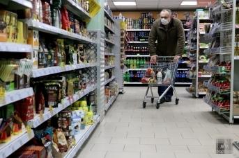 Покупатель в продуктовом магазине