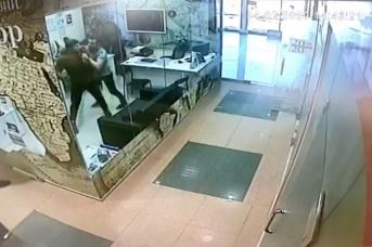 Момент нападения на оператора «Мегаполиса»  с камеры видеонаблюдения