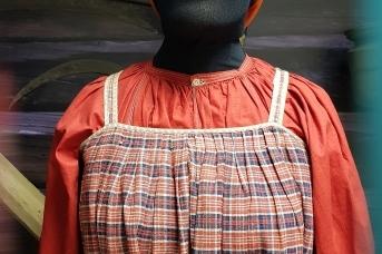Традиционный женский каргопольский костюм конца XIX века в экспозиции Каргопольского музея. Мастерство его шитья практически утрачено, а требование маркировки добьет оставшихся умельцев-ремесленников