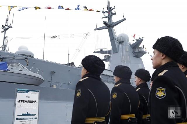 Военные моряки и корвет «Гремящий» на судостроительном заводе «Северная верфь»
