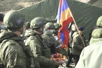 Жители Степанакерта благодарят российских миротворцев. Минобороны России