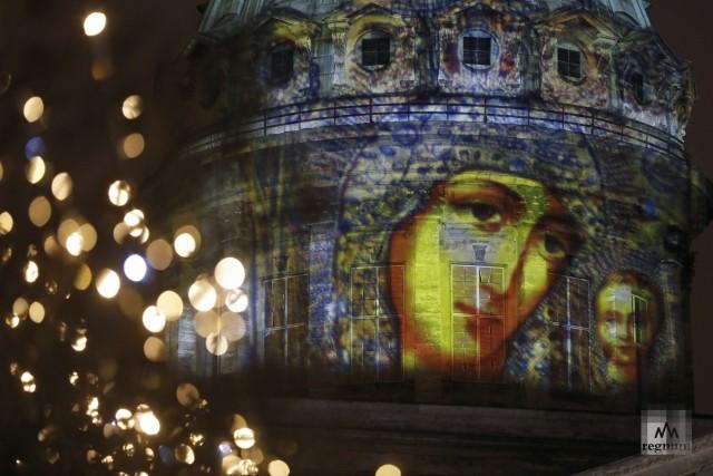 Проекция в виде иконы Казанской Божьей Матери на Казанском соборе