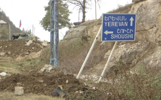 Дорожный указатель на Ереван и Шуши