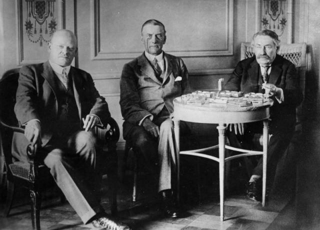 Густав Штреземан, Остин Чемберлен и Аристид Бриан во время переговоров в Локарно. 1925