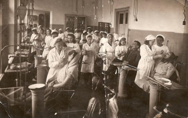 Студенты стоматологического института на практике. 1946
