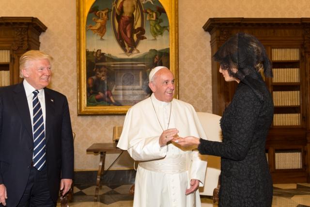 Дональд и Меланья Трамп на встрече с папой Римским Франциском