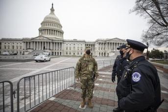 Национальная гвардия и полиция США у Капитолия