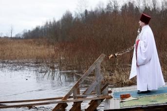 Настоятель храма освящает Орлинское озеро