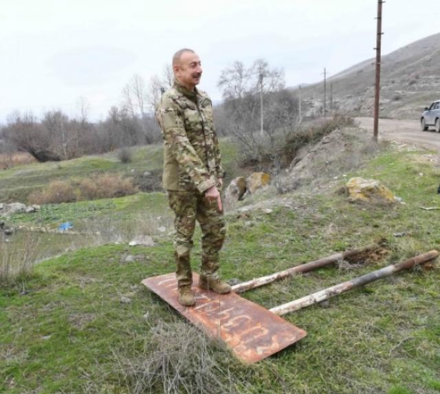 Ильхам Алиев над демонтированным указательным знаком