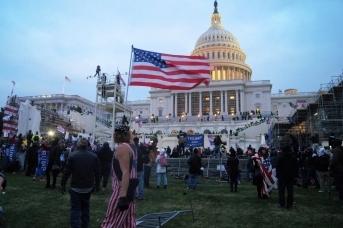 Толпа протестующих возле Капитолия США, 6 января 2021 года
