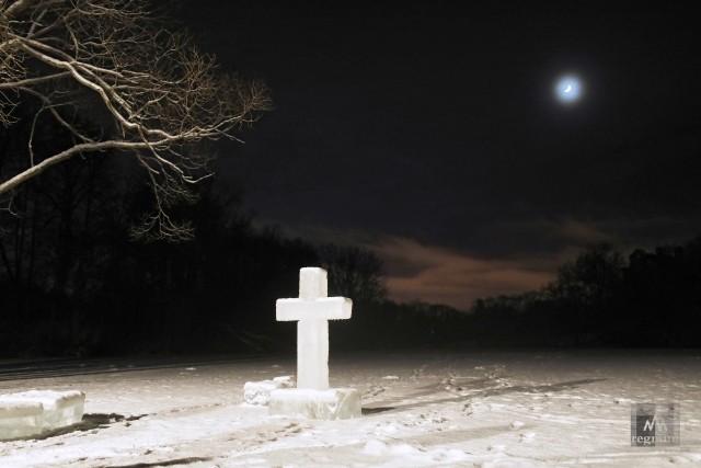 Ледяной крест рядом с купелью во время Крещенских купаний