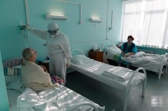 Врач в палате для больных COVID-19