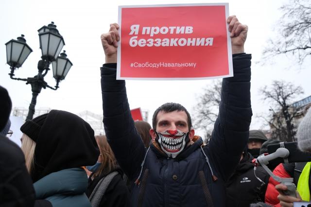 Протестующий в защиту Навального