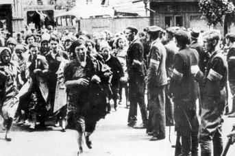 Литовская полиция уводит евреев на расстрел в Седьмой форт старой каунасской крепости. 1941