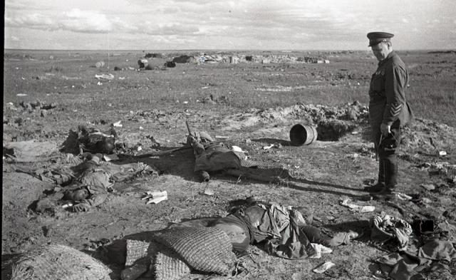 Жуков осматривает разгромленные японские позиции