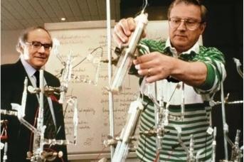 Мартин Флейшман и Стэнли Понс в лаборатории