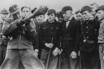 Подростков обучают стрелять фаустпатронами. 1945