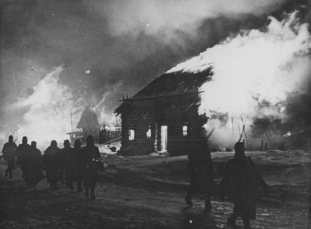 Немецкие солдаты поджигают советскую деревню