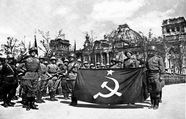 Парад перед поверженным рейхстагом. 1945