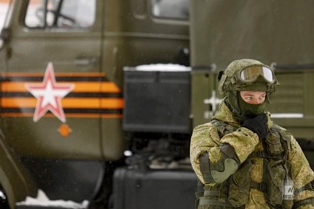 Военнослужащий на выставке военной техники