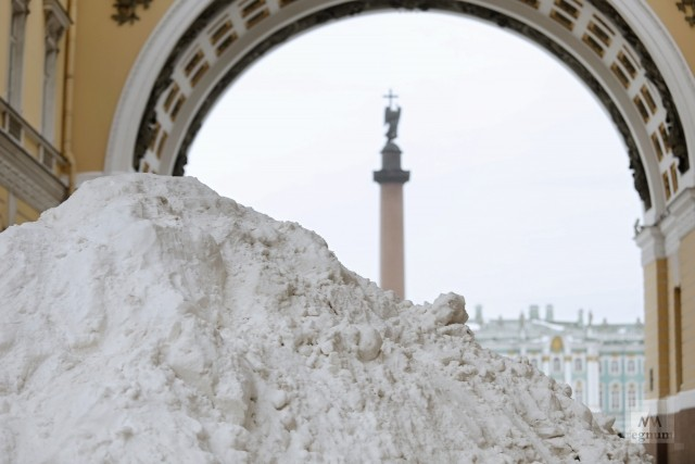 Гора снега на проходе к Дворцовой площади