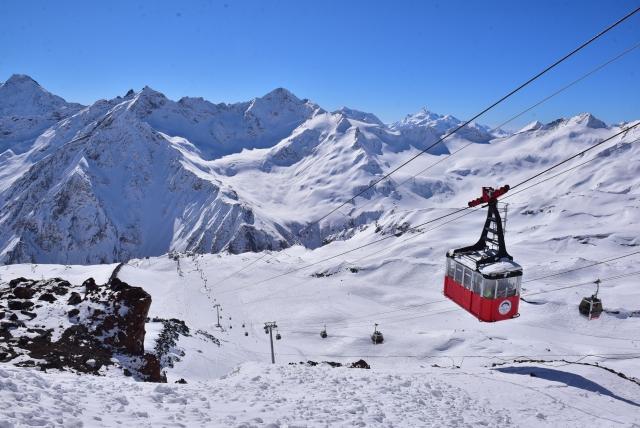 Туристы катаются по искусственным трассам, построенным до высоты 3847 метров