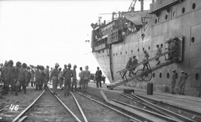 Военный транспорт английских интервентов у причала в Мурманске