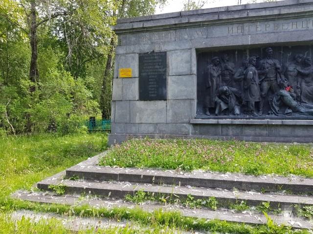 Заросший травой Мемориал жертвам интервенции на Вологодском кладбище Архангельска