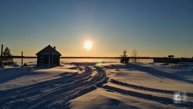 Солнечное утро приходит в Красное с реки