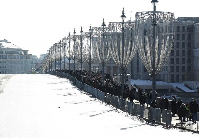 Участники акции памяти Бориса Немцова на Большом Москворецком мосту