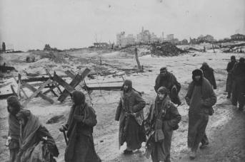 Итальянские и немецкие пленные выходят из Сталинграда после капитуляции. Февраль 1943