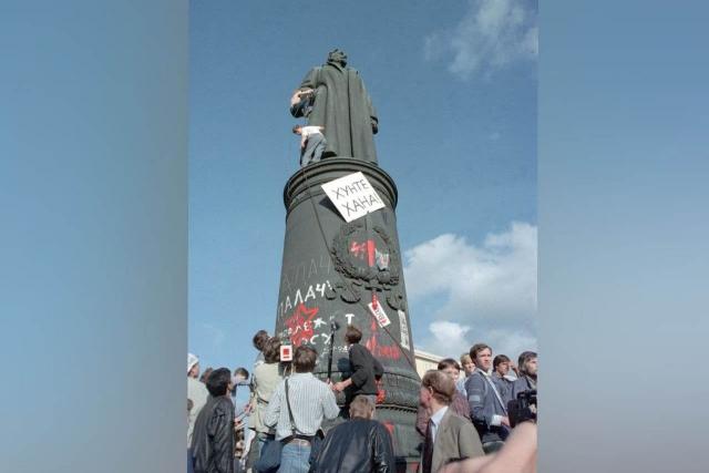 У памятника Дзержинскому перед зданием КГБ на Лубянке в Москве