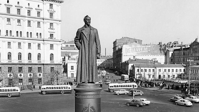 Памятник Ф. Э. Дзержинскому на Лубянской площади в Москве