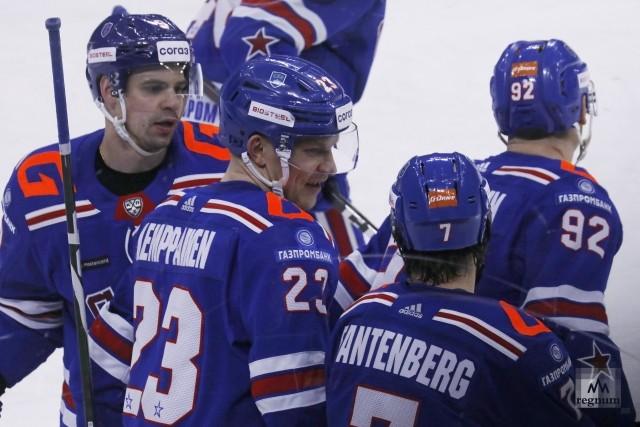 Игроки  СКА  после забитой шайбы в ворота команды  Динамо  (Минск)