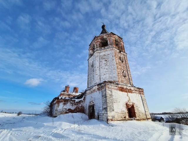 Величественная когда-то церковь, сейчас руины