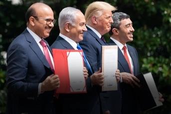 Министр иностранных дел Бахрейна Абдуллатиф бин Рашид аль-Зайани, израильский премьер-министр Беньямин Нетаньяху и министр иностранных дел ОАЭ Абдулла бин Заед аль-Нахьян подписывают мирные договоры. 15 сентября 2020 года, Вашингтон