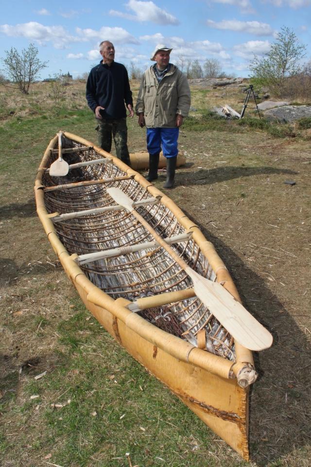 Лодка из бересты готова, А. Мартынов и А. Шутихин перед плаванием на Соловки