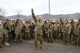 Ильхам Алиев с азербайджанскими военными