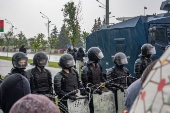 Сотрудники МВД в оцеплении во время массовых протестов в Минске