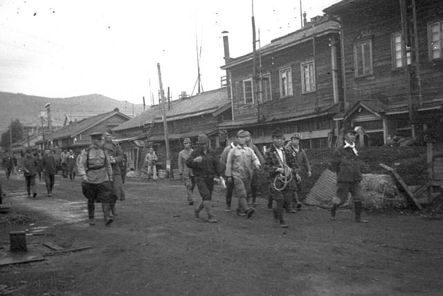 На улицах Южно-Сахалинска(Тойохара) после освобождения города советскими войсками. 1945