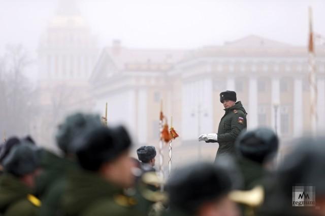 Дирижер во время тренировки сводного военного оркестра на Дворцовой площади