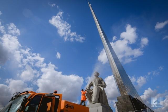 Промывка скульптуры Константина Циолковского