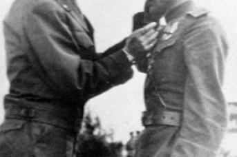 Встреча на Эльбе. Генерал армии США Боллинг награждает Висаитова орденом Легион Почета