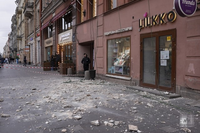 Место падения штукатурки на Невском проспекте