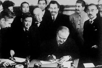 Председатель СНК СССР и народный комиссар иностранных дел CCCP Вячеслав Михайлович Молотов подписывает пакт о нейтралитете между СССР и Японией. 1941