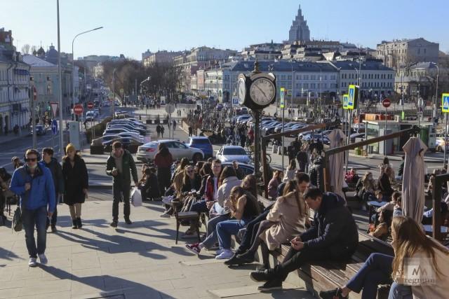 Гуляющие люди в выходной день. Центральный рынок. Весенняя Москва