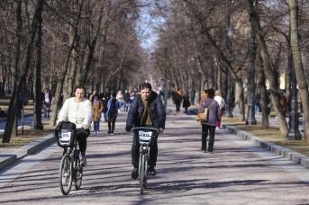 Катающиеся на велосипедах на Тверском бульваре