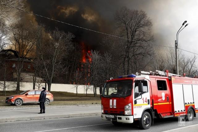 Участок Октябрьской набережной Петербурга до сих пор закрыт из-за пожара