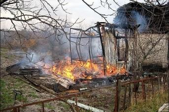 Дом в Шумихе сгорел полностью
