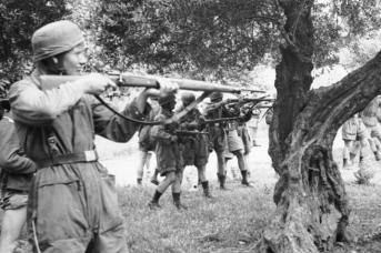 Фашисты расстреливают гражданских. Крит